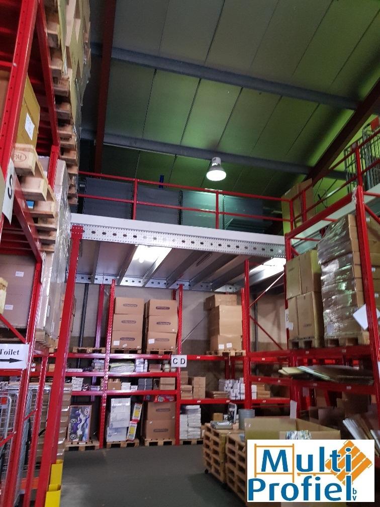 Verdiepingsvloer met magazijnstellingen