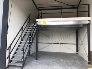 Een opgeleverde entresolvloer geplaatst in een opslagruimte